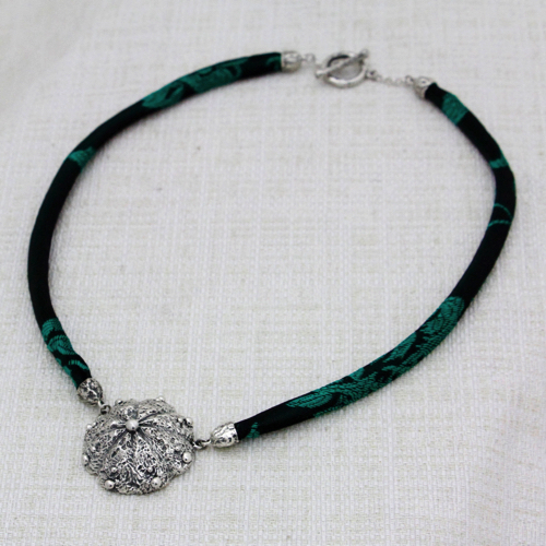 Collana Roots Large con Broccato Nero e Verde 7