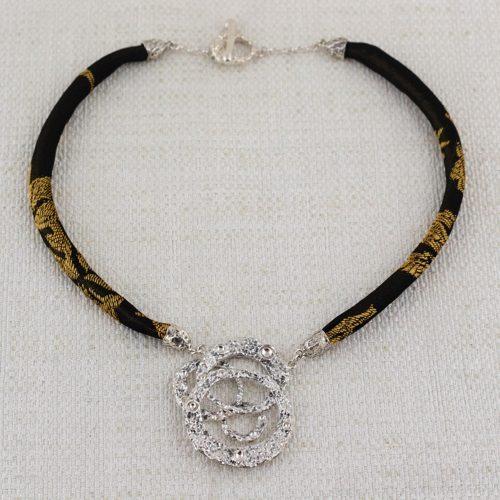 Collana Moon Ring Composition con Broccato Nero e Oro 1